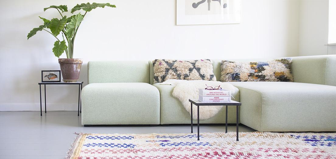 Gemaakt van vintage Azilal tapijten. Azilal tapijten zijn handgeknoopt en bestaan voornamelijk uit 100% schapenwol en soms katoenen versieringen en patronen. De kleden waaruit de kussens zijn vervaardigd zijn 20-30 jaar oud, de kussens kunnen dus gebruikerssporen bevatten. De achterkant van de kussens is gemaakt van vintage Berber dekens.